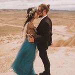 Un vrai couple d'amoureux + une robe de couleur canonissime + un paysage de roadmovie + des fleurs sublimes = ce shooting parfait à découvrir sur le site 👉🏻 lien dans la story 📷 : @jeremyboyerweddings