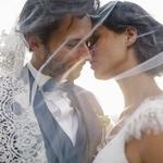 Golden hour : check ✔ Mouvement de voile parfait : check ✔ Mariés complices : check ✔ Ils sont pas trop beaux nos mariés du jour ? A découvrir sur le blog 💫 📷 : @christellegilles
