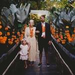 Mariage de rêve bonjour : ✨Des colliers de fleurs tropicales, un porc à la broche qui sent bon et émoustille les papilles, des scintillants pour la fête, des verres qui trinquent, des enfants qui dansent dans tous les coins et les meilleures glaces de Bali : c'est le renouvellement de voeux CA-NON de Julie & Pedro 🎆 👉🏻 tous les détails dans notre story ✨ 📝 : @callmemadame 📷 : @pandeheryana