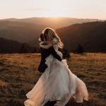 Ce petit moment de fougue ❤️comme tout droit sorti d'un conte de fée… Vous aurez envie de vous serrer très fort dans les bras le jour du mariage, ne vous retenez surtout pas 😊⠀ ⠀ 📸✨@damaris_demian⠀ ⠀ #lesmaries #elleaditoui #mariage2019 #mariagechic