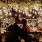 Lumièèèèère ✨🌟🕯💡 ! On ne le dira jamais assez, la lumière ça change toute l'ambiance de votre mariage pensez-y. C'est ce qui peut faire toute la différence entre féérique et cantine d'école. Exit les néons et les plafonniers, pensez aux jolis lumières au dessus de la table, aux photophores pour éclairer les visages… C'est l'élément de déco numéro 1 !⠀ ⠀ 📸✨@vanmiddletonphotography⠀ ⠀ #mariagebucolique #mariageboho #mariage2019 #mariageboheme #decomariage