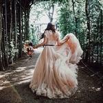 Juste avant d'aller dire oui… Vous pouvez rester avec les copines ou vous isoler quelques minutes pour reprendre vos esprits avant le tourbillon de la cérémonie et la réception…⠀ ⠀ Vous préférez être entourée pour ce moment là ou souffler seule ?⠀ ⠀ 📸✨@tali_photography⠀ 👗@bhldn⠀ ⠀ #robemariage #robedemariee #mariageboheme #inspirationmariage⠀ #elleaditoui #lamariee