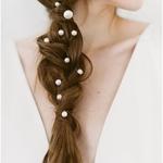 Parfois les choses les plus simples sont les plus jolies… Quelques perles dans une natte et vous voilà parée comme une sirène pour dire oui !⠀ ⠀ Vous allez mettre quelque chose dans vos cheveux ?⠀ ⠀ 📸@kaleyfromkansas⠀ ✨@bride.kc⠀ ⠀ #accessoirecheveu #bijouxdetete #peigne