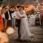 La première daaaaaanse ! Tellement de possibilité pour la chanson que ça file le tournis !⠀ Vous avez prévu le classique Dirty Dancing ? La chanson sur laquelle vous vous êtes embrassés ? On veut tout savoir !⠀ ⠀ 📸✨@jane_iskra⠀ ⠀ #lemarie #lesmaries #elleaditoui #mariagebucolique #mariage2019