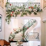 Cette déco d'escalier 😍à tomber par terre ma chérie ! Pour descendre avec votre robe de folie comme une vraie star dans un grand hôtel ^^⠀ ⠀ 📸@romainvaucherwedding⠀ 🌸@floresie⠀ ⠀ #mariage2019 #preparatif #mariagechic #mariagefrance #decomariage
