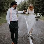 Si on devait donner UN seul conseils à tous les futurs mariés ce serait simple : SOYEZ VOUS MÊME ! Si vous voulez vous marier en short, arriver à la cérémonie laïque en skate, porter une robe rouge. Vraiment soyez vous même !⠀ ⠀ Ce sera quoi votre petit grain de folie ? ⠀ ⠀ 📸✨@linda.lauva⠀ ⠀ #lesmaries #mariagerocknroll #mariagekinfolk #vraimariage