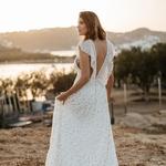 💫Les filles on reste cool, rien ne vous oblige à porter la robe de Lady Di le jour de votre mariage 😉Au contraire, osez montrer votre sensualité et votre goût pour la liberté en portant une robe légère, délicate aux matières super fluides. ⠀ ⠀ Par exemple, enfin nous on donne juste notre avis comme ça 😝mais vous pouvez complètement jeter votre dévolu sur cette robe Sophie Sarfati légèrement transparente et son magnifique dos nu… Vous en pensez quoi, dites nous quelle est votre robe idéale pour votre mariage, on est curieuse !⠀ ⠀ 👉✨ Cliquez sur notre pp pour plus de détails dans la story⠀ ⠀ 📷Photo : @Yann_Audic⠀ 👗Robe de mariée : @sophiesarfati⠀ ⠀ — 🌿🌿🌿🌿🌿🌿🌿🌿—⠀ ⠀ #unbeaujour #robemariage #lamariee #inspirationmariage #mariagealaplage